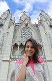 Flicka på bakgrunden av statyn av Kristus Tibidabo Fotografering för Bildbyråer