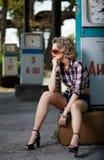 Flicka på bensinstationen Royaltyfri Foto