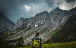 Flicka på bergen royaltyfria bilder