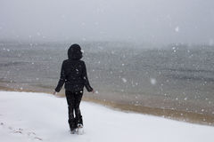 Flicka på Blacket Sea i snön arkivbilder