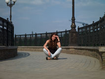 Flicka på bron Arkivbild