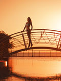 Flicka på bron Arkivbilder