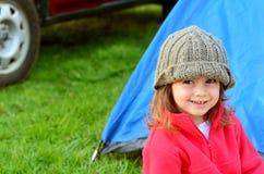 Flicka på campa ferie Royaltyfri Fotografi