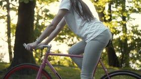 Flicka på cykeln arkivfilmer