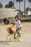 Flicka på cykeln. Arkivfoton