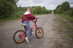 Flicka på cykeln Fotografering för Bildbyråer