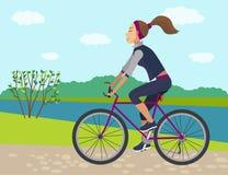 flicka på cykeln i sommartid fotografering för bildbyråer