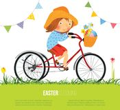 Flicka på cykeln med korgen som är full av ägg för påsk Royaltyfri Foto