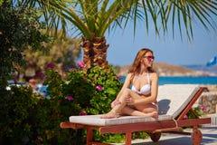 Flicka på deckchair Royaltyfri Foto