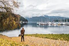 Flicka på den djupa lilla viken i norr Vancouver, F. KR., Kanada Arkivbilder