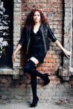 Flicka på den gamla väggen för röd tegelsten Royaltyfri Fotografi