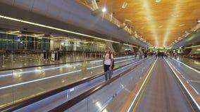 Flicka på den internationella flygplatsen i Doha, Qatar arkivfilmer