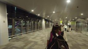 Flicka på den internationella flygplatsen i Doha, Qatar stock video