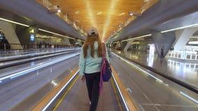 Flicka på den internationella flygplatsen i Doha, Qatar lager videofilmer