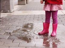 Flicka på den regniga dagen i vår Royaltyfri Fotografi
