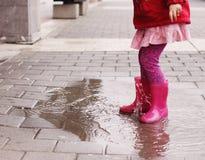 Flicka på den regniga dagen i vår Arkivbilder