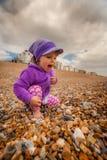 Flicka på den sandiga stranden Arkivbild