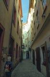 Flicka på den smala medeltida gatan i Prague Arkivfoton