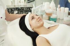 Flicka på den Spa salongen KosmetologApplying White Cosmetic pulver Royaltyfria Foton