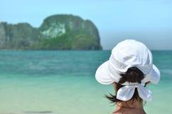 Flicka på den tropiska ön Royaltyfri Foto