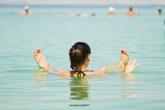 Flicka på det döda havet Royaltyfria Bilder