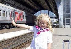 Flicka på drevstationen Royaltyfri Bild