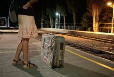 Flicka på drevstationen under natt Arkivfoto