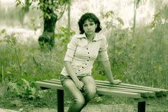 Flicka på en bänk Royaltyfria Bilder