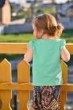 Flicka på en balkong Arkivfoton