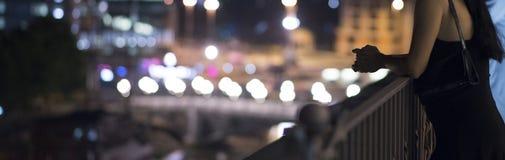 Flicka på en balkong Royaltyfri Foto