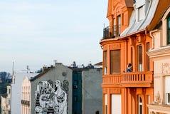 Flicka på en balkong som tycker om solnedgång i Belgrade Fotografering för Bildbyråer