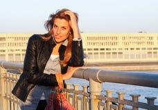 Flicka på en bro Arkivfoton
