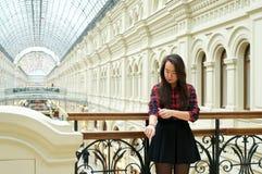 Flicka på en bro med räcke Royaltyfria Foton