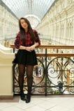 Flicka på en bro med räcke Arkivfoto