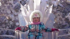 Flicka på en crystal biskopsstol arkivfilmer