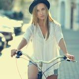 Flicka på en cykel Arkivfoton