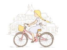 Flicka på en cykel i en europeisk stad Royaltyfria Foton