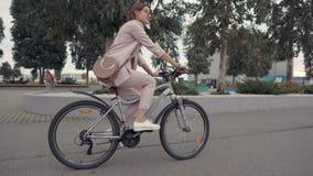 Flicka på en cykel i stad stock video