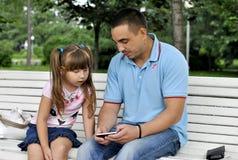 Flicka på en gå i parkera med hennes fader Arkivbilder