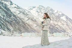 Flicka på en glaciär och en insnöade Alaska Arkivbild