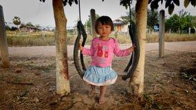 Flicka på en gunga, Isaan, norr östliga Thailand Royaltyfria Bilder