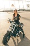 Flicka på en motorcykel fotografering för bildbyråer