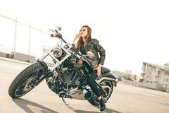 Flicka på en motorcykel arkivfoton