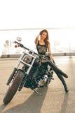 Flicka på en motorcykel Royaltyfri Fotografi