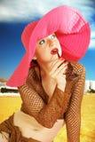 Flicka på en röd hatt, ett stort Royaltyfria Bilder
