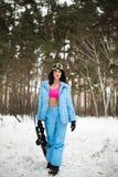 flicka på en snowboard i skogen Fotografering för Bildbyråer