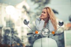 Flicka på en sparkcykel arkivbilder