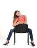 Flicka på en stol Royaltyfri Bild