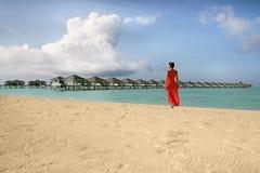 Flicka på en strand royaltyfria foton