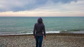 Flicka på en strand Royaltyfri Bild